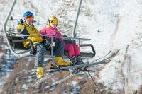 maestro di sci in seggiovia